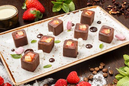 Шоколадный ролл с фруктами
