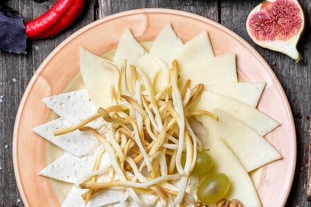Тарелка любимых кавказских сыров