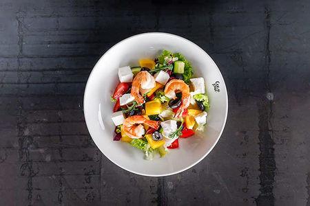 Овощной салат с креветками и соусом крем-фреш