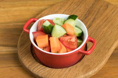 Овощной салат из огурцов, помидоров и морковки