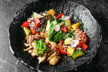 Салат с куриным бедром на гриле и картофелем бэби