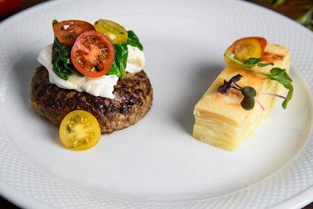Бифштекс из мраморной говядины с яйцом пашот и шпинатом