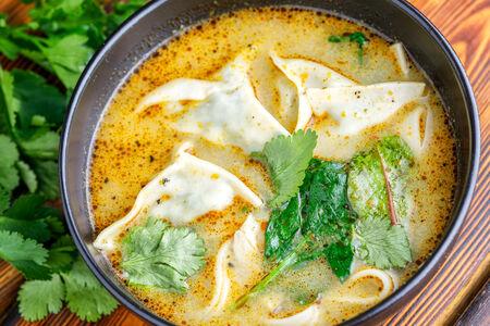 Тайский суп со шпинатом и пельмешками с тофу