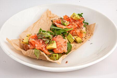 Кростини с лососем, авокадо и рикоттой