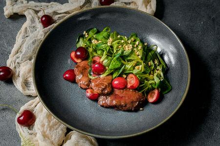 Теплый салат с куриной печенью и ташкентской черешней