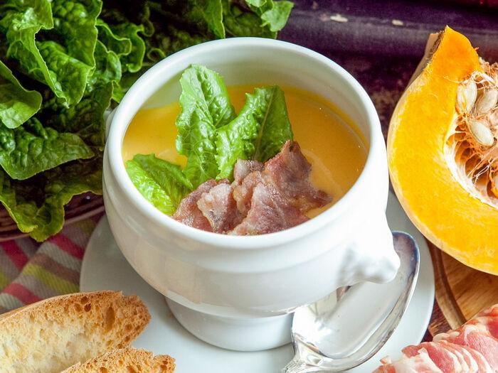 Тыквенный крем-суп с обжаренным беконом