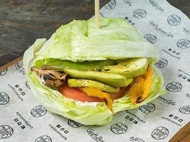 Вега бургер в листьях салата