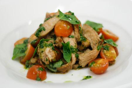 Салат с телятиной гриль и помидорами