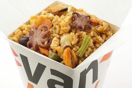 Вок цельнозерновой рис с осьминожками и мидиями в соусе