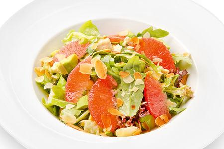 Легкий салат с курицей, авокадо и грейпфрутом