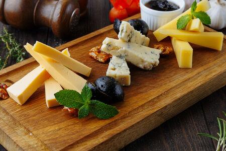 Ассорти сыров с луковым конфитюром и медом