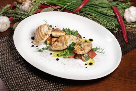 Кальмары на гриле с овощами