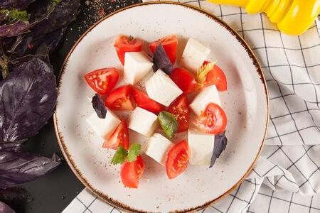 Салат с имеретинским сыром и томатами
