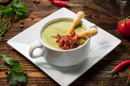 Крем-суп с зеленым горошком и беконом