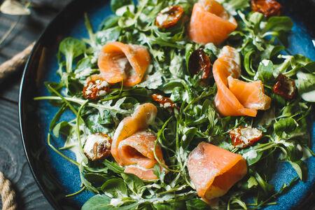 Салат с лососем, маринованным в малиновом уксусе