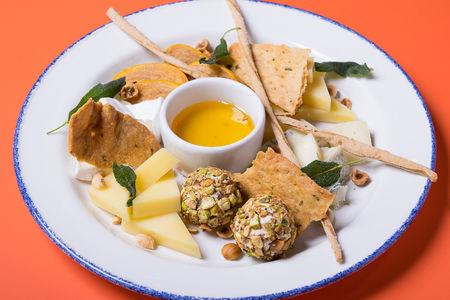 Сырная тарелка с домашними крекерами