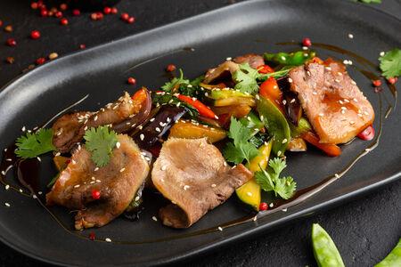 Телячий язык в азиатском соусе с овощами тепан