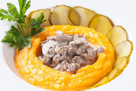 Бефстроганов с морковно-картофельным пюре