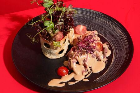 Салат с ростбифом под сливочным соусом демиглас