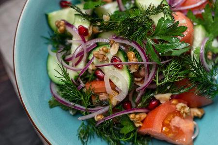 Овощной салат с грецким орехом