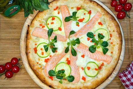 Пицца с лососем и цукини