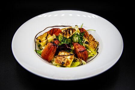 Салат от шефа с жареным сыром халуми