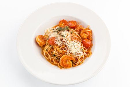 Спагетти в томатном соусе с креветками