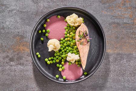 Лосось су-вид с горошком и цветной капустой