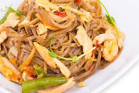 Лапша Соба (гречневая) в сливочном соусе с лососем и креветками