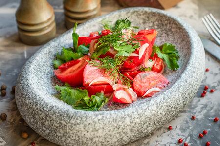 Салат Сочные томаты с ялтинским луком