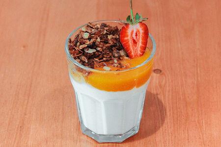 Йогурт с рисовой гранолой и абрикосом