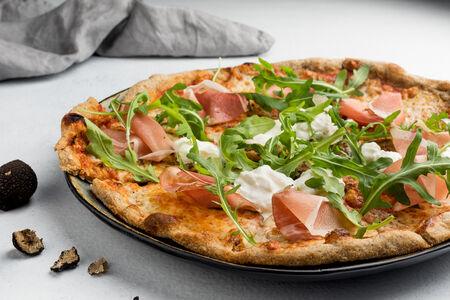 Пицца с пармской ветчиной и трюфелем