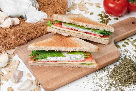 Двойной сэндвич с ветчиной и сыром
