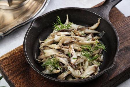 Вешенки, обжаренные на сковороде с луком и зеленью