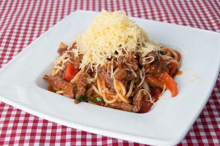 Спагетти c кусочками говядины и острым перцем