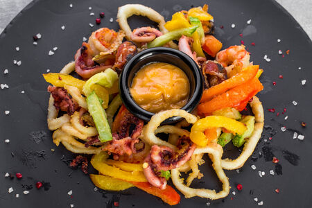 Хрустящие морепродукты с соусом спайс