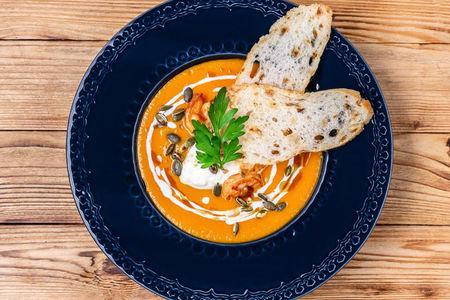Тыквенный крем-суп с креветками, кокосовым молоком и имбирем