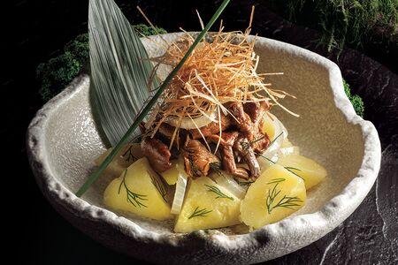 Салат из маринованных лисичек и картофеля
