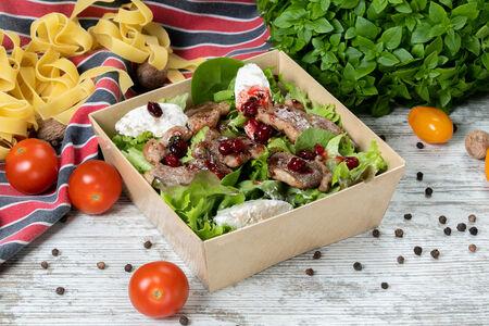 Салат с утиной грудкой, клюквой и ореховыми кнелями