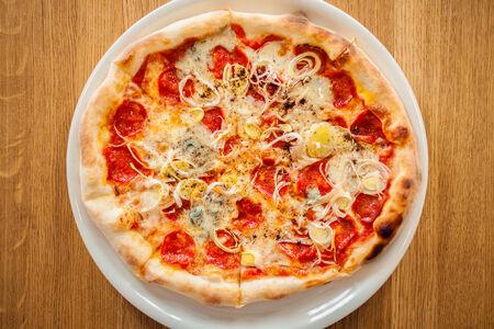 Пицца с пепперони и горгонзолой