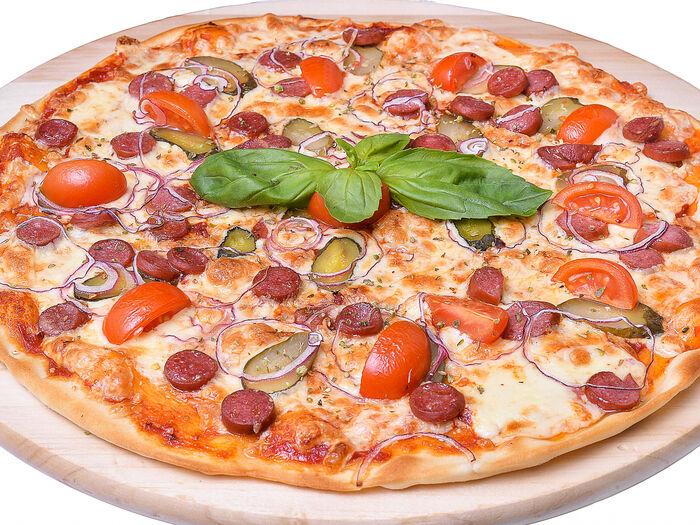 Пицца с острыми колбасками