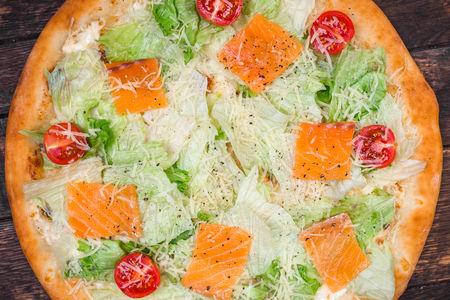 Пицца Цезарь со слабосоленым лососем