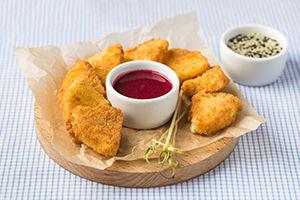 Сырные ломтики фри, подаются с клюквенным соусом