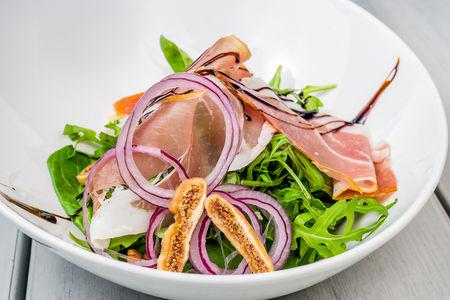 Салат с инжиром и пармой