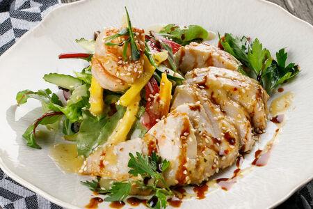 Салат Тайский с куриной грудкой и креветками