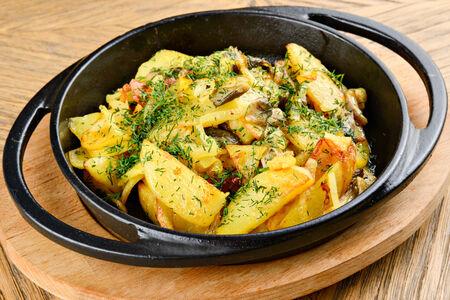 Картофель, жаренный с луком и грибами