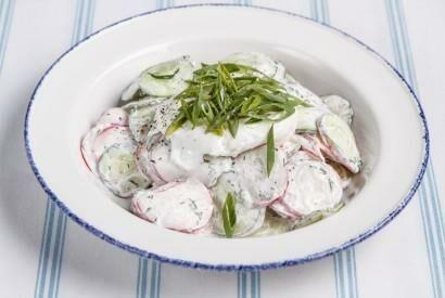 Дачный салат с редисом, зелёным луком и яйцом пашот