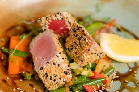 Стейк из тунца с овощами вок