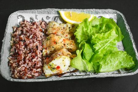 Треска на гриле с рисом и салатом