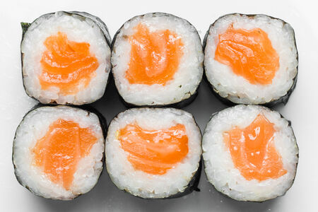 Тонкий ролл с копчёным лососем